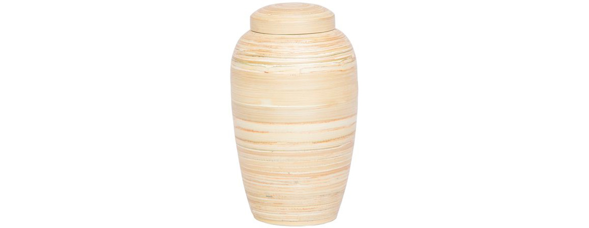 I forbindelse med produktion af urnen bliver bambussen fældet med håndkraft uden brug af maskiner. Urnen bliver efterfølgende fremstillet i hånden. Det betyder også, at der ikke frigives CO2 i forbindelse med produktionen. Bambusplanten vokser op igen efter ½-1 år. Urnen nedbrydes i jorden inden for 10 år.