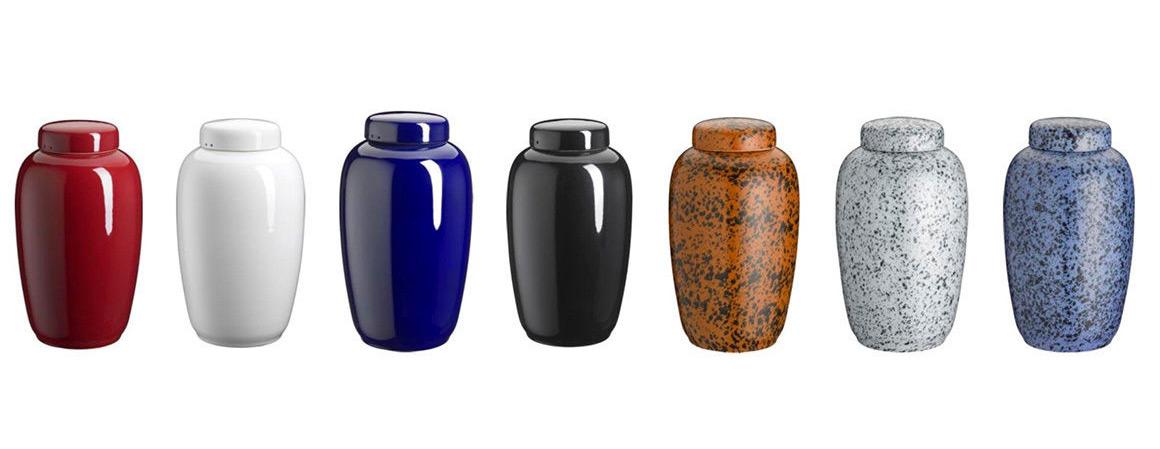 Vores glaserede keramikurner produceres på Bornholm og fås i et bredt sortiment af farver. Keramikurner er uforgængelige i jorden.