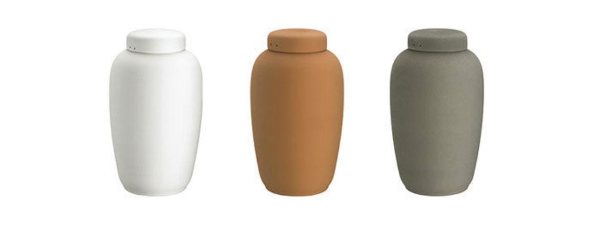 Lerurnerne produceres på Bornholm og fås i tre farver. Lerurner er uforgængelige i jorden.