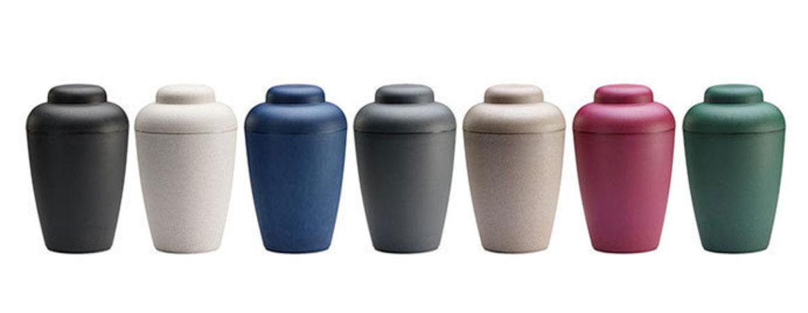 Natururner er fremstillet af plantebaseret materiale og fås i et bredt sortiment af farver. Materialet er biodegradable soil, hvilket betyder at urnen er naturvenlig og nedbrydes i kold jord inden for 10 år.